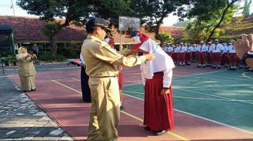 MOPDB 2019 - Penyematan tanda Peserta MOPDB oleh Kepala Sekolah
